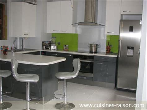 am駭agement cuisine en u cuisine design moderne aménagement de la pièce en u matière stratifie coloris clair fonce deco cuisine coin repas