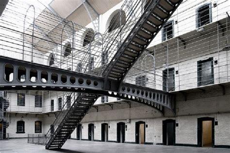 presos de mas de  anos cumplen condena en las