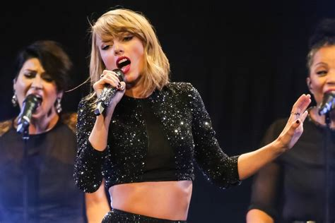 Taylor Swift Shakes Off Those Kissing Rumours at the ...