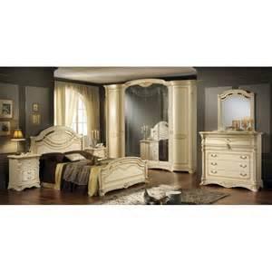 Camera da letto matrimoniale stile barocco beige con