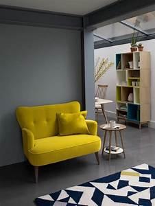 Un joli canape jaune pour le salon avec un tapis blanc et for Tapis jaune avec canapé pour studio
