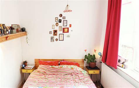 pakaian tidur perempuan yang memilih perabot yang sesuai di dalam bilik tidur yang sempit
