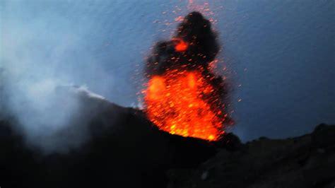 momentaufnahmen von eruptionen auf dem vulkan stromboli