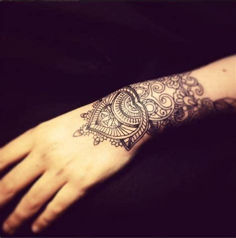 magnifiques tatouages de mandala poignet femme