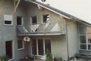 balkon gelã nder edelstahl geländer edelstahlgeländer als außengeländer an einem balkon mit glas und lochblech