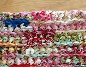Diy faire un tapis au crochet avec des bandelettes de tissu for Tapis enfant avec coudre un canapé en cuir