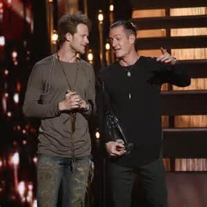 Miranda Lambert Bathroom Sink 2015 Cma Awards by Cma Awards Throw Curveballs As Chris Stapleton Wins Three