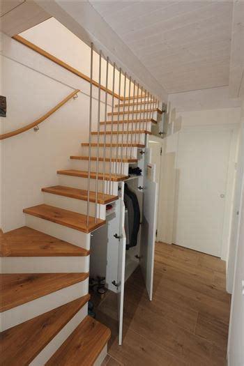 treppe mit schrank und regale