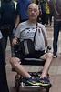 憔悴!63歲歌王晚景淒涼 暴瘦坐輪椅驚現街頭 - 自由娛樂