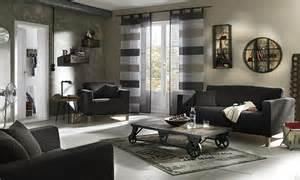 wohnzimmer deko grau wei grau wand azurblaues sofa zitronengelbe deko kissen holz kaffeetisch buche farbgestaltung