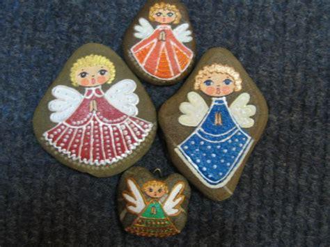 aniolki malowane na kamykuthese angels