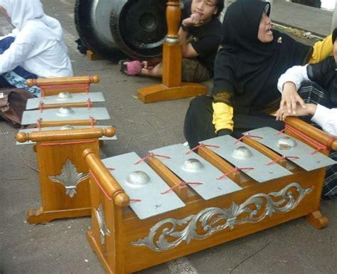 Bukan hanya di indonesia, namun angklung ini sudah mendunia sampai pernah memukau di prancis dan juga amerika serikat. Terlengkap] Alat Musik Tradisional dari Jawa Barat + Gambar!