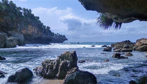 pantai torohudan nikmati birunya lautan jogja