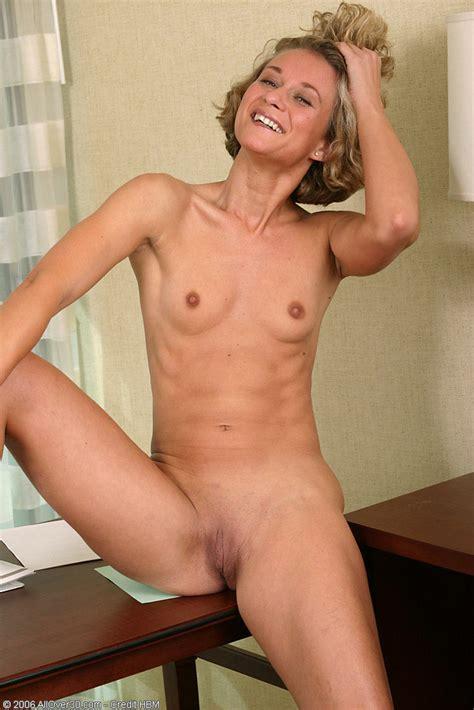 Blonde Milf Bianca Shows Us Her Muffin Pichunter