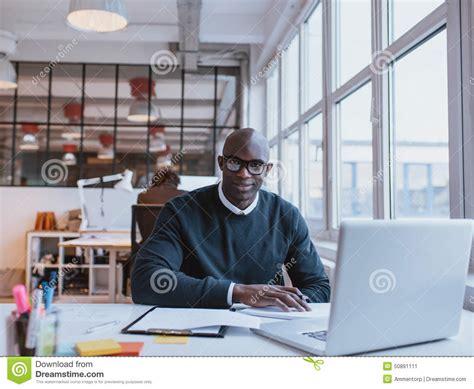 le bureau moderne homme d 39 affaires africain travaillant dans le bureau