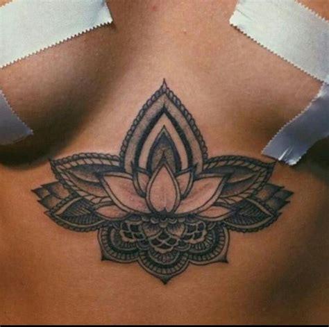 tatouage entre la poitrine mandala
