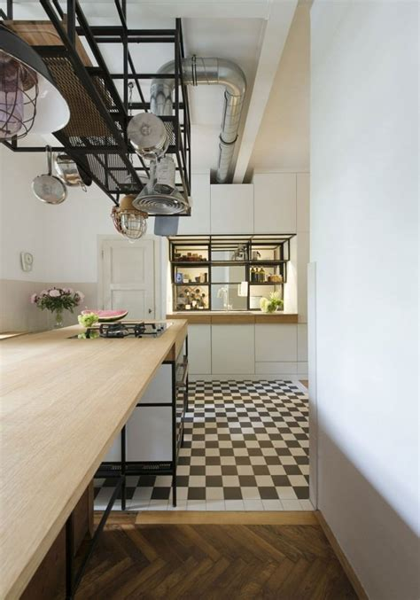 petit bar cuisine parquet chevron et cuisine bois et blanc dans un appartement