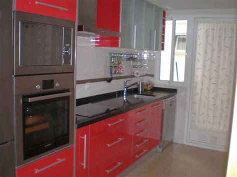 cocina tipo pasillo  muebles rojos casa web