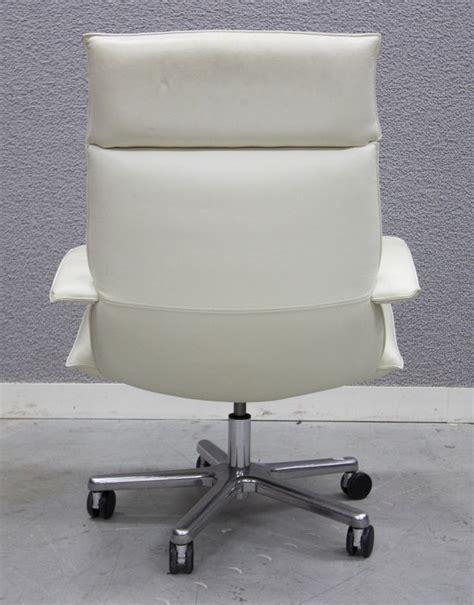 garniture de bureau en cuir fauteuil de direction a garniture en cuir creme reposant