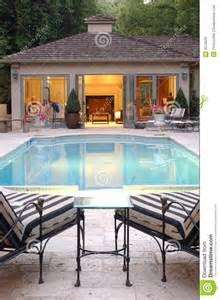 kamin luxus hinterhof pool haus lizenzfreie stockbilder bild 4576629