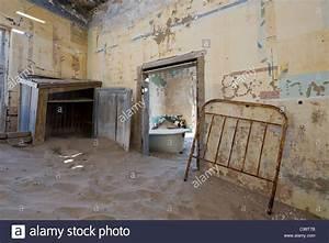 Haus Kaufen Namibia : zimmer voller sand in einem verlassenen haus in kolmanskop eine ehemaligen diamantenmine in ~ Markanthonyermac.com Haus und Dekorationen