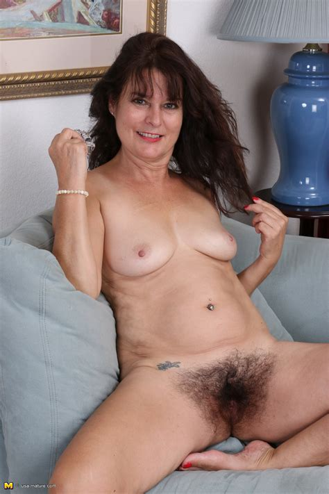 Granny Pics Slut Photo - Hairy American housewife showing off her bush