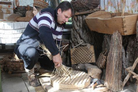 Kūlas cimdi, egļu deķis. Ciemojamies Barkavā pie koku vilnas meistara Ritvara Toča - Jauns.lv
