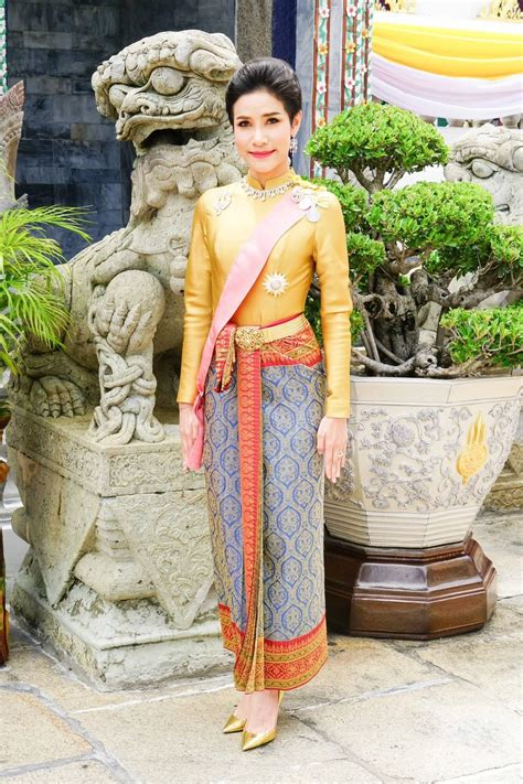 In an announcement released on the king's behalf in thailand's royal gazette, the palace stated sineenat showed disrespectful behaviours and acted with the intention of supplanting queen suthida, prompting her dismissal. タイ国王勅命でシリーナート夫人の称号を剥奪、王室を追われる | タイランドハイパーリンクス:Thai Hyper