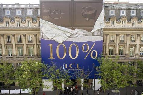 Lcl Siege - une tablette de chocolat géante sur le siège parisien du lcl
