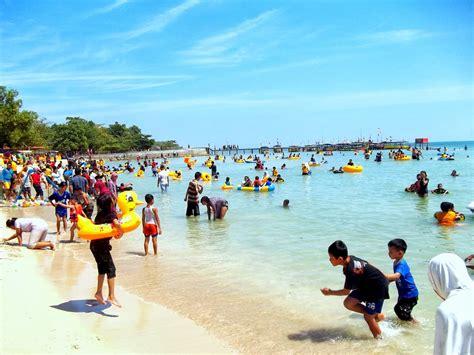menikmati wahana permainan air  pantai bandengan jepara