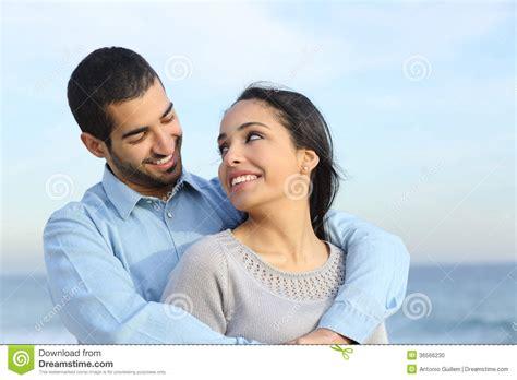couples amour cuisine caresse occasionnelle arabe de couples heureuse avec amour