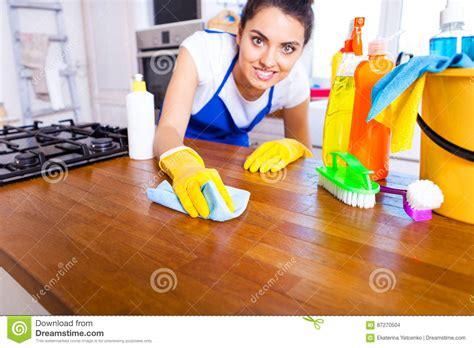nettoyer la cuisine l 39 homme fait nettoyer la cuisine le homme fait la