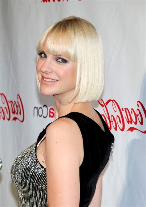 anna farris pageboy haircut  blunt bangs styles weekly
