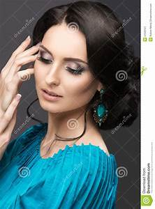 beautiful girl in a blue dress with evening make up and With maquillage robe bleu