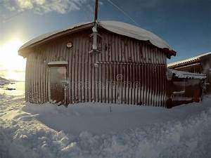 Laterne Kerze Draußen : schnee bedeckte helle laterne der kerze am weihnachten ~ Watch28wear.com Haus und Dekorationen