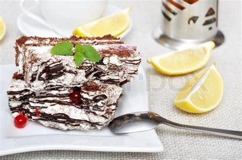 Close-up Hausgemachte Schokolade Kuchen In Weißen Platten Mit Minze
