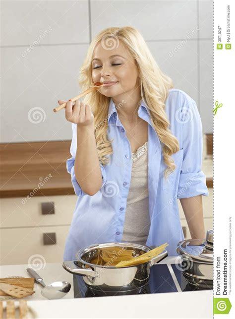 femme a la cuisine sauce à spaghetti d 39 échantillon de femme dans la