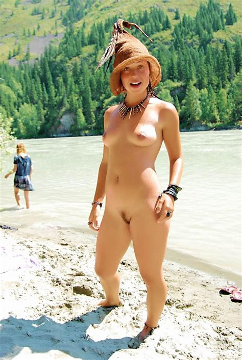 Walking Nude Hippie Girls Like To Be Naked