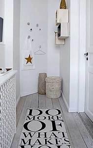 tapis graphique et bois blanchi pour deco de couloir With tapis couloir avec petit canapé beige