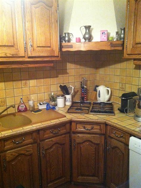 modele placard de cuisine en bois eclaircir une cuisine en chêne foncé ciré teint dans la