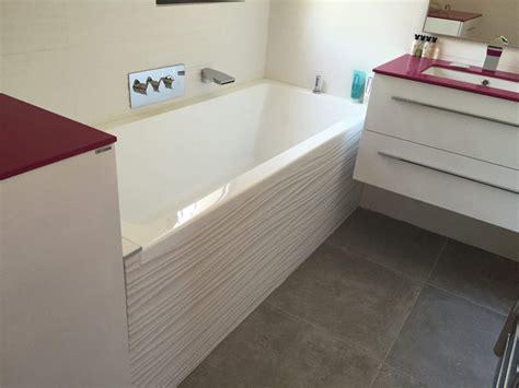 cuisine blanche et mur gris salle de bains baignoire blanche sur les pennes