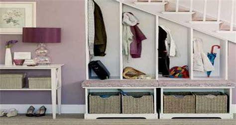 rangement sous bureau aménager un espace déco sous escalier avec rangement et
