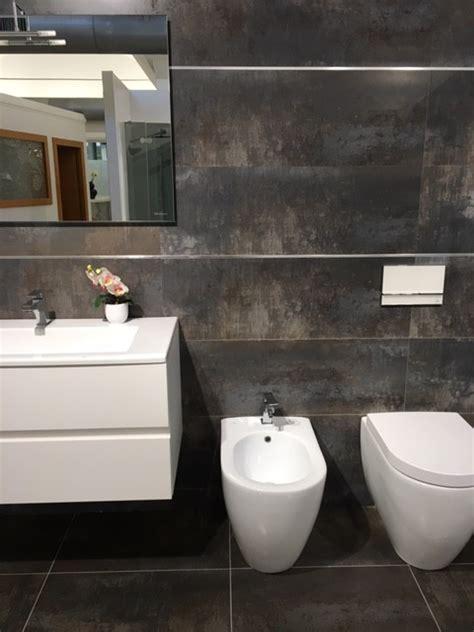 idee per piastrellare il bagno piastrelle scure per il bagno