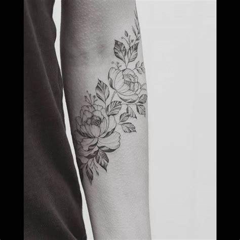 tatouage pivoine sur lavant bras tatouage tatouage