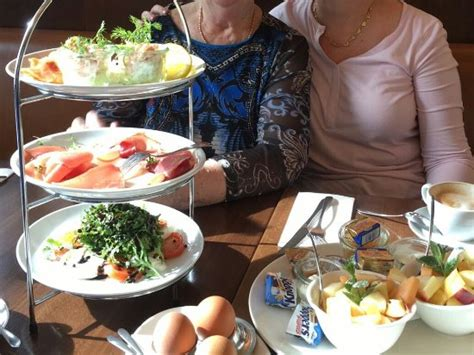 Frühstück Etagere (inkl Obstsalate + 2 Eier + Brotkorb