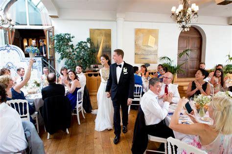 entree des maries dans la salle entr 233 e des mari 233 s dans la salle de d 238 ner wedding planner mariage dans l air