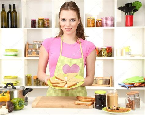 femme en cuisine femme cuisine dans cuisine photographie belchonock