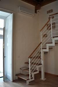 Foto scala con struttura in ferro e gradini legno di