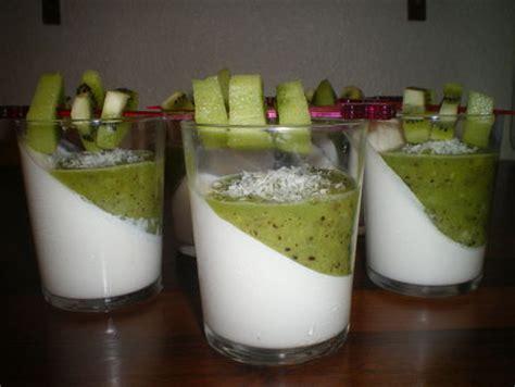 dessert avec des kiwis panna cotta aux lait de coco et kiwi dans vos assiettes