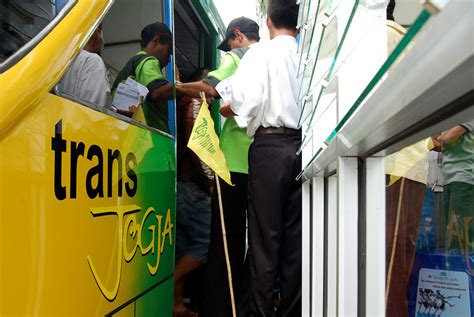 Bus trans jogja memiliki 17 rute trans jogja merupakan salah satu alternatif transportasi massa yang beroperasi di kota yogyakarta sejak tahun 2008. Kerja Di Trans Jogja / Trans Jogja Bus Stop Halte Shelter Yogyakarta Jogja Backpacker S Guide ...